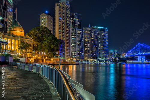 In de dag Kanaal The Brisbane River and city from the river walk path