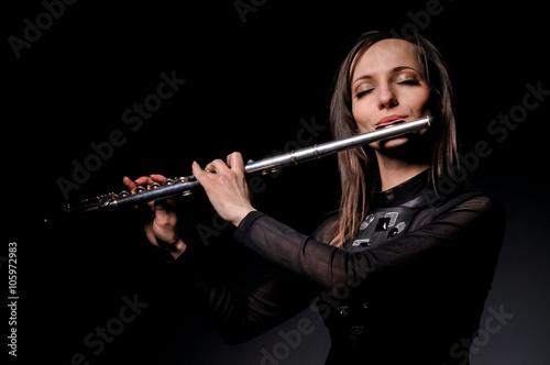 Carta da parati a young girl playing the flute