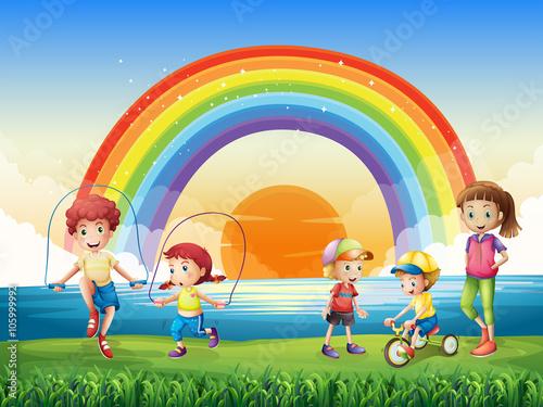 In de dag Regenboog Children exercising in the park