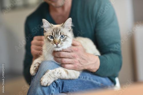 Fotomural  Man at home cuddling beautiful cat