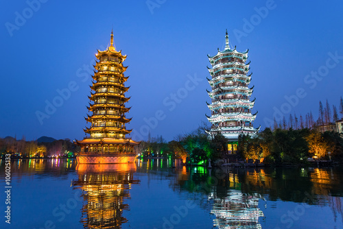 In de dag Guilin Sun and Moon Pagodas in downtown of Guilin, Guangxi Province, Ch