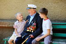 WWII Veteran With Children. Gr...