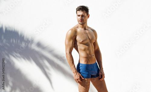 Fotografía Muscular man wearing blue beach shorts and posing
