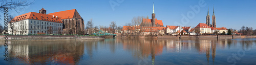 Stickers pour porte Venise Panorama of Ostrow Tumski island, Odra (Oder) river and towers of gothic Cathedral of St. John the Baptist in Wroclaw, Poland