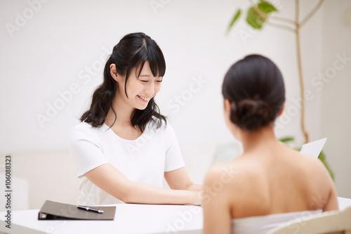 Fotografie, Obraz  エステティックサロンで相談する女性