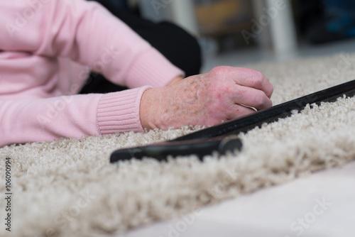 seniorin liegt reglos auf dem boden Poster