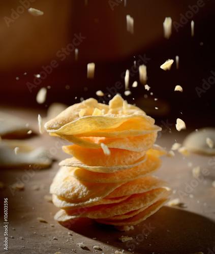 Fotografía  potato chips in a stack on a dark background