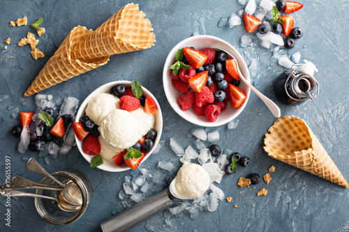 Vanilla ice cream scoops with berries Fototapet