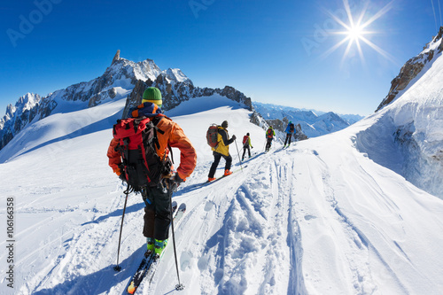 Tuinposter Wintersporten A group of skiers start the descent of Vallée Blanche, Mont Blanc Massif, Chamonix, France.