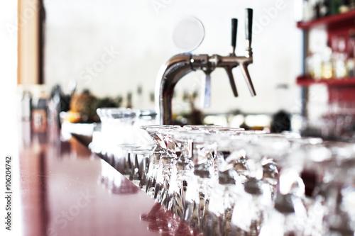 Leinwand Poster Zapfhahn und Gläser eine Bar