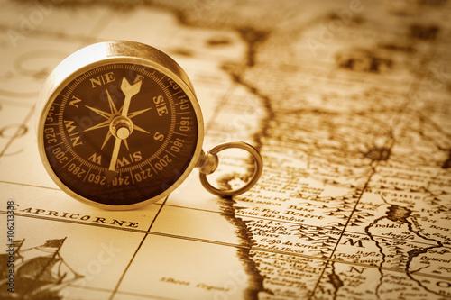 Papiers peints Retro antique compass on vintage map background