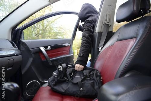 Valokuva Handtaschendiebstahl aus einem Fahrzeug