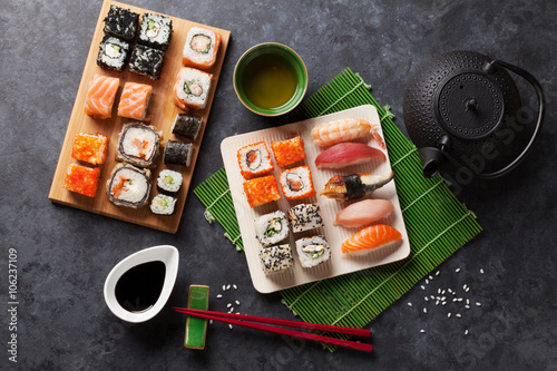 Photo  Set of sushi, maki and green tea