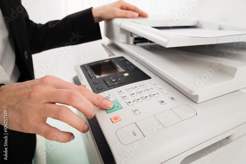 Fotografía  Empresaria Mano presionando el botón de la impresora