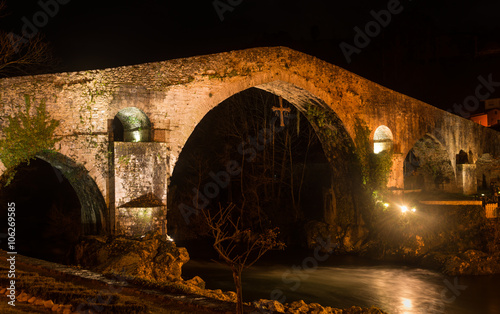Tuinposter Monument Famous Roman bridge in the city of Cangas de Onis, Asturias, Spa