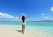 沖縄の海で寛ぐ女性