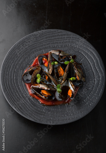 Photo  Delicious mussels with sauce on a plate