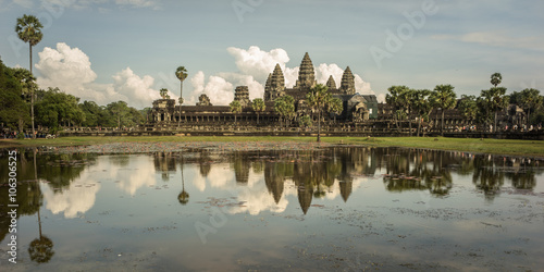 Foto  pond and reflex in front of ankor wat