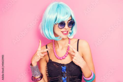 Fotografie, Obraz  Divné a zábavný pop dívka portrét na sobě modré paruce