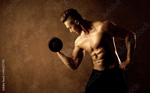 miesniowy-dysponowany-bodybuilder-atlety-udzwigu-ciezar
