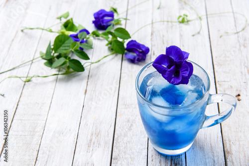 Montage in der Fensternische Schmetterlinge im Grunge Butterfly pea juice with ice
