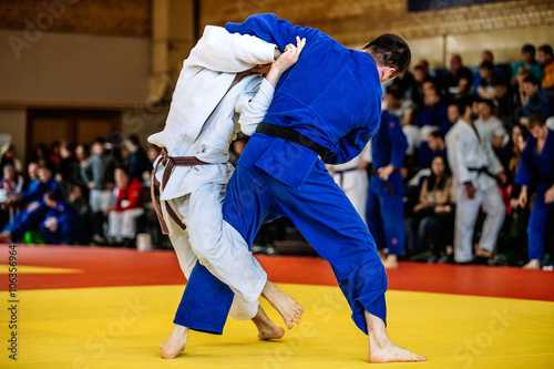 Photo  battle of two fighters judo sports judo competitions