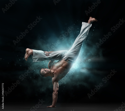 In de dag Vechtsport male fighter trains capoeira