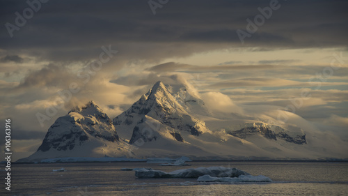 Spoed Foto op Canvas Antarctica Mountain view in Antarctica