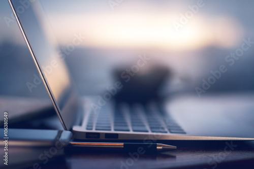 Fotografía Pen and blurry laptop