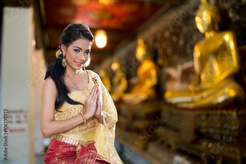 Foto  Frau, die typisches thailändisches Kleid trägt