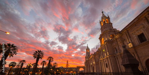 Photo Cathedral of Arequipa, Peru, with stunning sky at dusk
