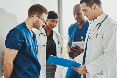 Fotografiet  Group of doctors reading a document