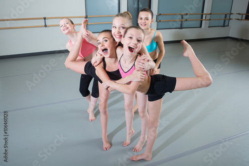 Poster Dance School Group of young girls having fun in dance studio