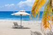 parasol et palmes sur plage de Boucan Canot, île de la Réunion