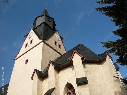 Photo Die evangelische Martinskirche in Heuchelheim bei Gießen in Hessen ist eine typi