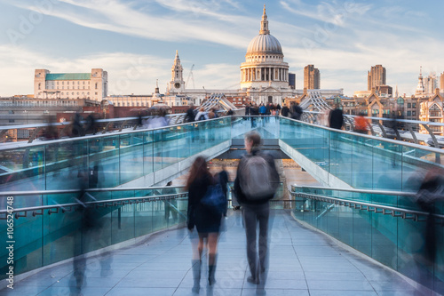 Foto op Plexiglas Londen People walking on Millennium Bridge towards St. Paul's Cathedral in London