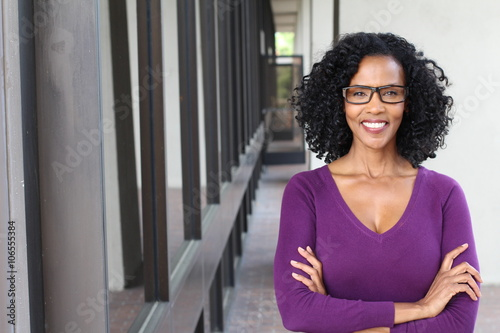 Fotografía  A pretty African american woman wearing glasses at work