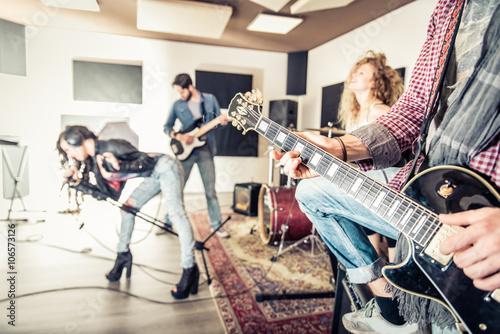 Fotografía  La banda de rock en la realización de estudios de grabación