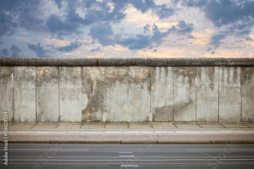 Photo sur Toile Europe Centrale Berlin Wall in the evening