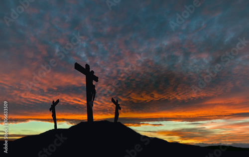 Fotografia Crucifixion of Jesus With Dramatic Sky and Copy Space