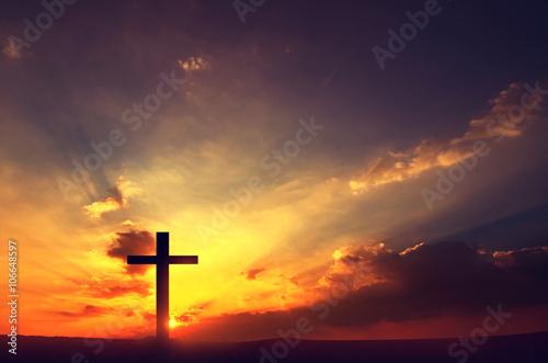 Schattenbildkreuze bei Sonnenuntergang, Kopienraum. Fototapete