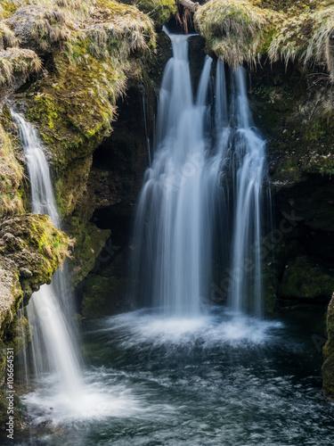 Aluminium Prints Dark grey Wasserfall. Fliessendes Wasser
