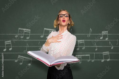 Plakat Namiętna wokalistka śpiewająca uduchowiona, zabawna nauczycielka głosowa trenerka chórzysta miłośniczka muzyki