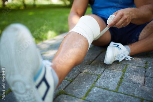 Fotografía Bandaging leg