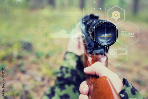 Fotomural  Cerca de soldado o un francotirador con el arma en bosque
