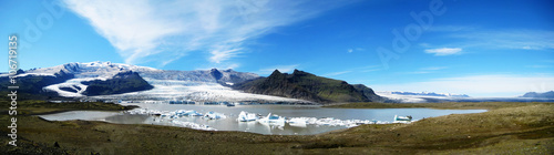 Fotobehang Gletsjers Panorama of Fjallsárlón, a glacier lake at the south end of Vatnajökull glacier (Iceland)