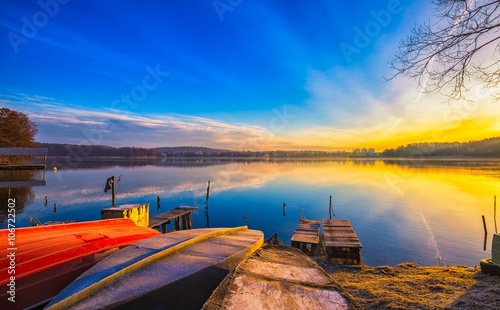 Montage in der Fensternische Dunkelblau Beautiful and colorful lake landscape