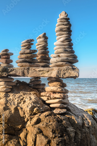 Photo sur Plexiglas Zen pierres a sable Several stacks of pebbles