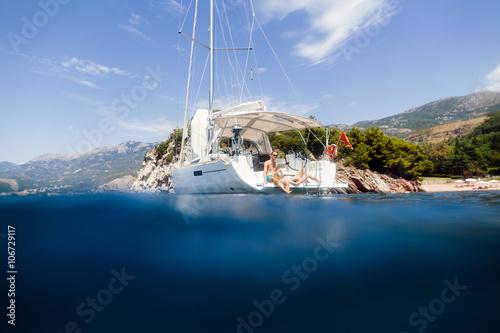 Cadres-photo bureau Voile couple yacht honeymoon sailing luxury cruise