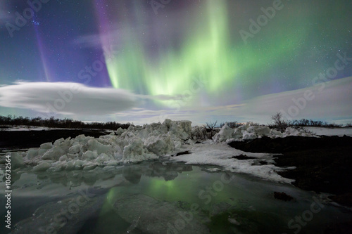 Foto auf Gartenposter Antarktika Northern Lights above an iceberg in a lagoon
